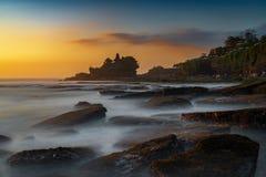 Zmierzchu widok tanah udziału świątynia na morzu w Bali wyspie jeden najwięcej sławnej atrakcji turystycznej w Indonezja zdjęcia royalty free