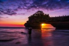 Zmierzchu widok tanah udziału świątynia na morzu w Bali wyspie jeden najwięcej sławnej atrakcji turystycznej w Indonezja obrazy stock