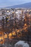 Zmierzchu widok Typowy budynek mieszkalny od komunistycznego okresu w mieście Sofia, Bułgaria obrazy stock