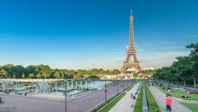 Zmierzchu widok wieży eifla timelapse z fontanną w Jardins Du Trocadero w Paryż, Francja zbiory