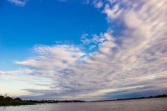 Zmierzchu wschód słońca przy amazonki rzeki dżunglą Zdjęcia Stock