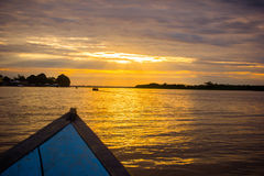 Zmierzchu wschód słońca przy amazonki rzeki dżunglą Obrazy Stock