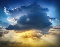 Zmierzchu wschód słońca z chmurami, lekcy promienie Obrazy Stock