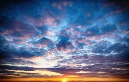 Zmierzchu wschód słońca z chmurami, lekcy promienie Obraz Royalty Free