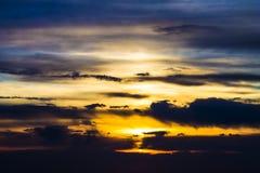 Zmierzchu wschodu słońca kolorowy jaskrawy niebo i chmury Fotografia Royalty Free