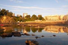 Zmierzchu yn Santa Cruz plaża w Santa Cruz Galicia, Hiszpania Fotografia Stock