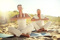 Zmierzchu zen na plaży zdjęcie stock