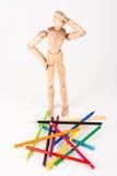 Zmieszana drewniana mannequin pozycja przy rozsypiskiem Fotografia Royalty Free