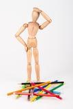Zmieszana drewniana mannequin pozycja przy rozsypiskiem colour ołówka isolat Obrazy Royalty Free