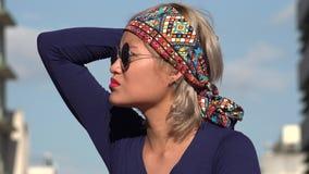 Zmieszana kobieta z okularami przeciwsłonecznymi zdjęcie wideo