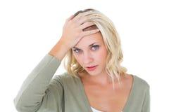 Zmieszana młoda blondynka patrzeje kamerę Zdjęcia Royalty Free