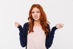 Zmieszana młoda rudzielec damy pozycja odizolowywająca Fotografia Stock