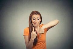 Zmieszana myśląca kobieta Podejmowanie decyzji, niepewność Obrazy Stock