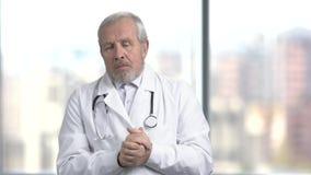 Zmieszana senior lekarka, zamazany tło zbiory