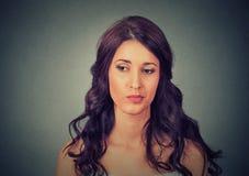 Zmieszana skeptical kobieta myśleć wokoło past fotografia stock