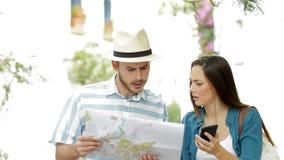Zmieszani turyści szuka lokację na wakacje zbiory