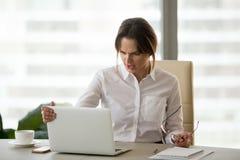 Zmieszany gniewny bizneswoman dokuczał no pracować zablokowanego comput obrazy royalty free