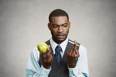 Zmieszany mężczyzna pragnienia papieros, robi złym zdrowie wyborom zdjęcie royalty free