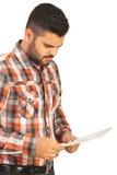 Zmieszany mężczyzna czytania papier Zdjęcia Royalty Free