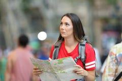 Zmieszany nastoletni turystyczny patrzeć above zdjęcia stock