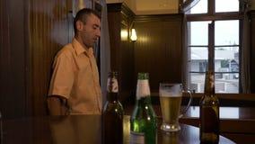Zmieszany pijący mężczyzna trzyma jego głowę w jego rękach no może stać opierać na ścianie - zbiory wideo