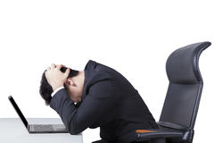 Zmieszany pracownik z laptopem na stole Fotografia Royalty Free