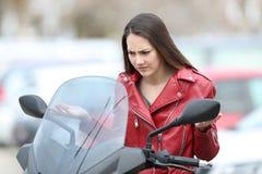 Zmieszany rowerzysta patrzeje łamanego puszka motocykl zdjęcie stock
