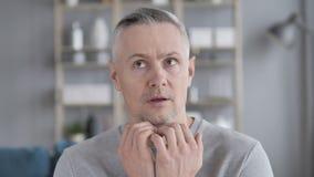 Zmieszany Szary Włosiany mężczyzny uczucie Straszący i Afriad zdjęcie wideo