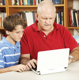 zmieszany tata pomaga pracie domowej Obrazy Stock