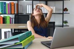 Zmieszany zmęczony młody Azjatycki biznesowej kobiety zakończenie ona oczy i czuciowa depresja w miejscu pracy biuro fotografia royalty free
