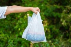 Zmniejsza plastikowych worki Dla Zielonej natury zdjęcie royalty free