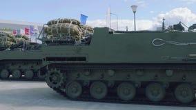 Zmodyfikowany wielocelowy opancerzony transporter lotniczego napadu siły Rakushka w na wolnym powietrzu na zbroi wystawie zdjęcie wideo