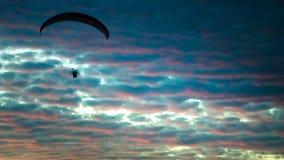 Zmotoryzowany paraglider lata w górę wysokości na niebie Fotografia Stock