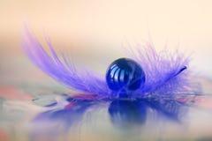 Zmrok - błękit marmurowa piłka na piórku Zdjęcie Royalty Free