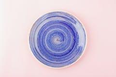 Zmrok - błękita talerz na świetle - różowy tło Fotografia Stock