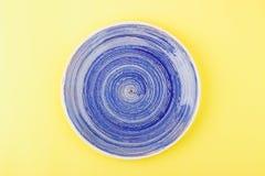 Zmrok - błękita talerz na żółtym tle Fotografia Royalty Free