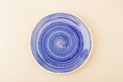 Zmrok - błękita talerz na lekkim beżowym tle Zdjęcie Royalty Free