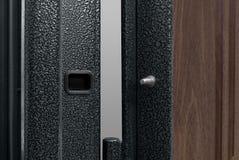 Zmrok - błękitny Kruszcowy drzwi Z Długą rękojeścią I Keyhole obraz stock
