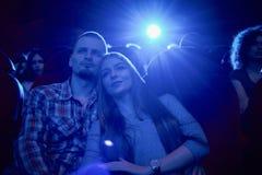Zmrok - błękitny skutek pary obejmowanie w kinie fotografia royalty free