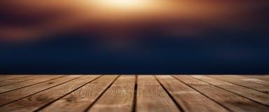Zmrok - błękitny tło z zaświecającą drewnianą sceną fotografia stock