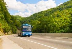 Zmrok - błękitny turystyczny autobus Obraz Stock