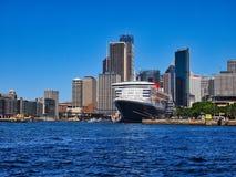 Zmrok - błękitny Wyłuszczony statek wycieczkowy, Kółkowy Quay, Sydney, Australia zdjęcie royalty free
