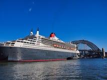 Zmrok - błękitny Wyłuszczony statek wycieczkowy, Kółkowy Quay, Sydney, Australia obraz royalty free