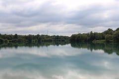 Zmrok chmurnieje nad świecącym jasnym jeziorem obrazy royalty free