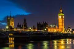 Zmrok Chmurnieje nad domami parlament Zdjęcia Stock