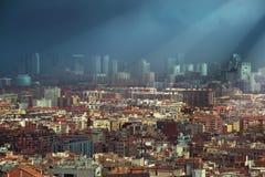 Zmrok chmurnieje nad linią horyzontu Barcelona Zdjęcie Royalty Free