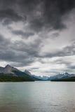 Zmrok chmurnieje nad Maligne jeziorem Zdjęcia Royalty Free