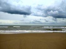 Zmrok chmurnieje nad plażą i morzem Zdjęcia Royalty Free