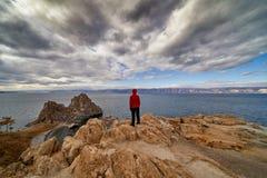 Zmrok chmurnieje zbierać nad jeziornym Baikal Fotografia Royalty Free