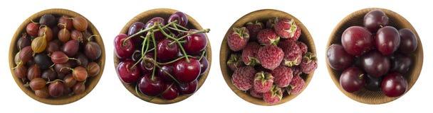 Zmrok - czerwone jagody na białym tle Wiśnie, agresty, rasberries i śliwki w drewnianym pucharze, Obraz Royalty Free